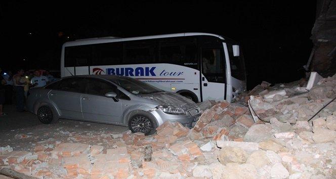 Duvar çöktü, iki araç zarar gördü
