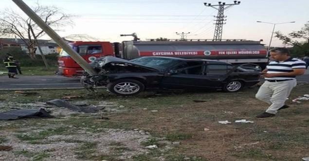 Kavşakta iki otomobil birbirine girdi: 3'ü ağır, 9 yaralı