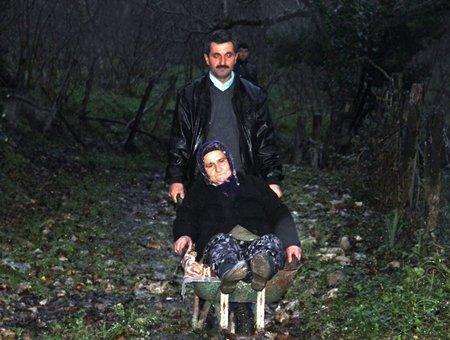 Hasta Eşini Anayol'a El Arabasıyla Taşıyor