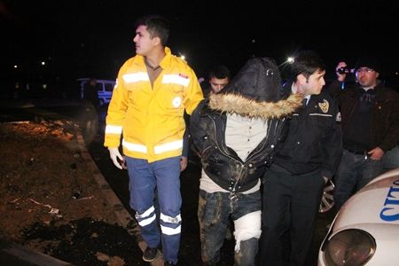 Polisin Üzerine Otomobilini Süren Sürücü Ve Yanındaki Arkadaşı Vuruldu