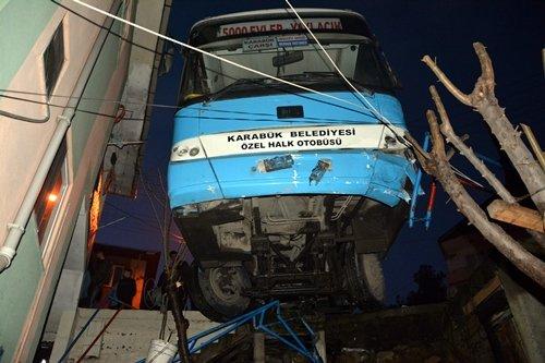 Karabük'te Otomobile Çarpmamak İçin Fren Yapan Halk Otobüsü Asılı Kaldı