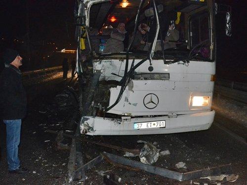 Kastamonu'da İşçileri Taşıyan Otobüs Buzda Kaza Yaptı