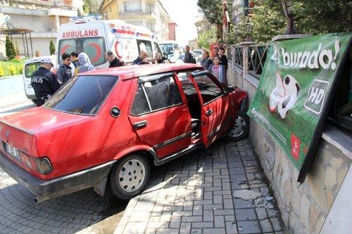 BARTIN?DA TRAF?K KAZASI: 1 YARALI BAYAN SÜRÜCÜ FREN YER?NE GAZA BASINCA ÇAY BAHÇES?N?N DUVARINA ÇARPTI