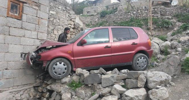 Freni Boşalan Otomobil Evin Duvarına Çarptı