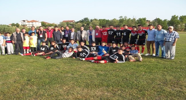 Saltukovaspor-19 futbol takımına şampiyonluk kupası verildi