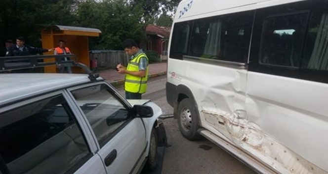 Öğrenci servisi ile otomobil çarpıştı