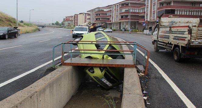 Seyir halindeki otomobil su kanalına düştü