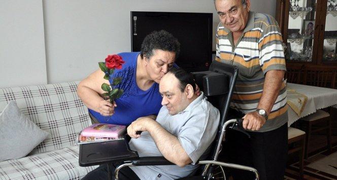 Engelli Oğluna 42 Yıldır Özenle Bakıyor