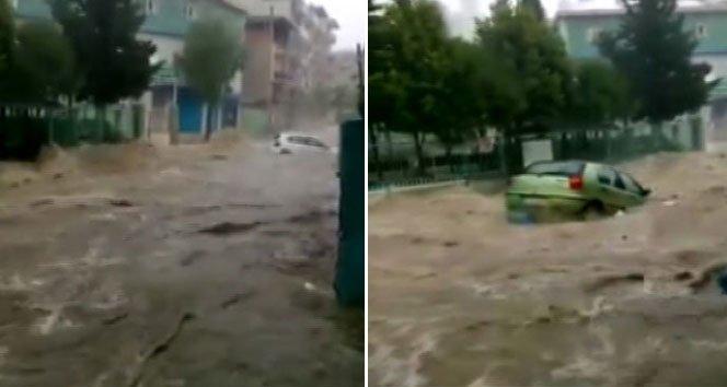 Sel suları araçları bile sürükledi