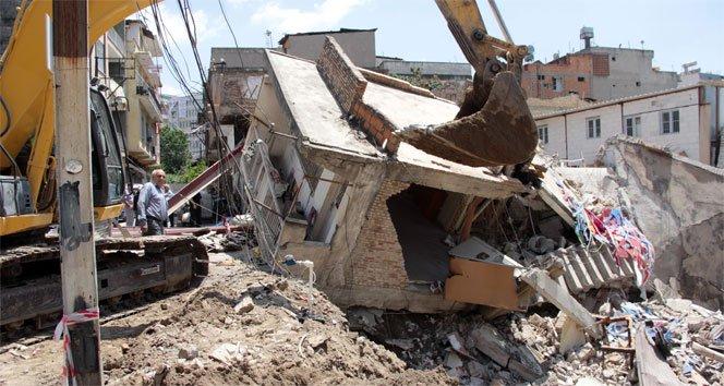 Temel kazısında toprak kaydı, bir iş yeri yıkıldı