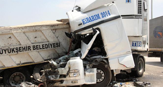 TIR, kamyona çarptı: 3 yaralı