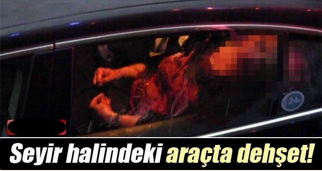 Seyir halindeki araçta annesini bıçakladı