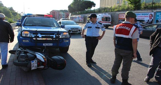 Devrilen motosiklet jandarma aracının altına girdi:1 yaralı