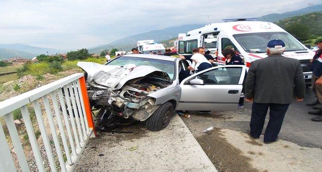 Otomobil köprü direğine saplandı:1 ölü 3 yaralı