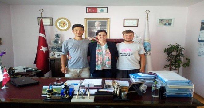 Genç turistler Başkan Güneş'i makamında ziyaret etti