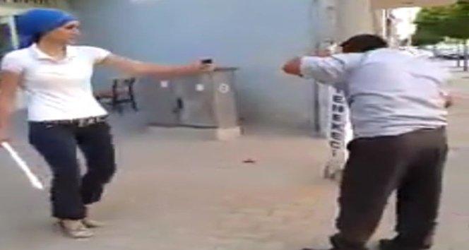 Kadın adamı sopayla dövdü,sosyal medyada paylaştı