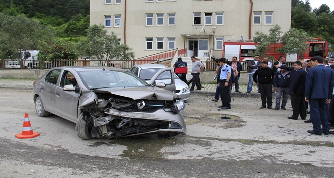 İki otomobil kafa kafaya çarpıştı:1 yaralı