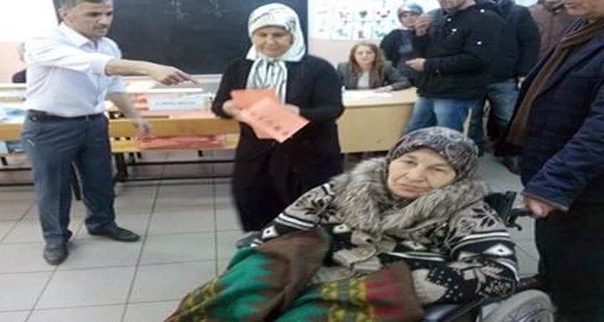 Yaşlı kadın oy kullanamayınca ağladı