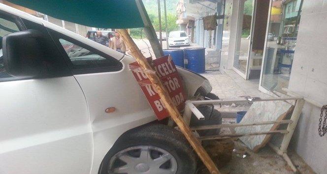 Dikkatsiz sürücü kendi işyerine daldı