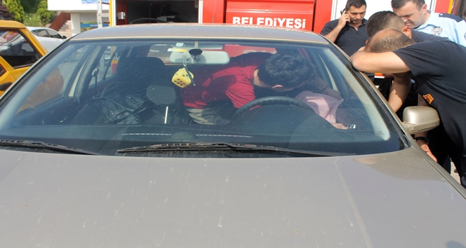 Arkadaşı otomobilin kapılarını kilitleyip gidince, otomobilde mahsur kaldı