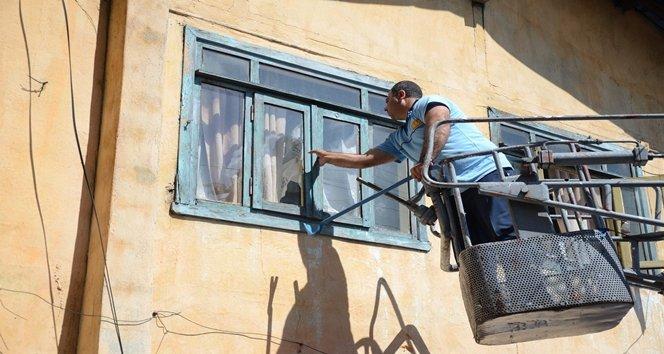 Evinin kapısını açmayan yaşlı kadın ve kızı ekipleri harekete geçirdi