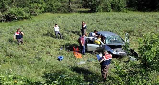 Otomobil tarlaya uçtu:5 yaralı