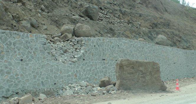 """""""Ölüm yolunda"""" yola kaya parçası düştü (görüntülü)"""