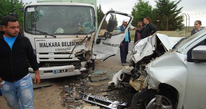 Çöp kamyonu ile pikap çarpıştı: 4 yaralı