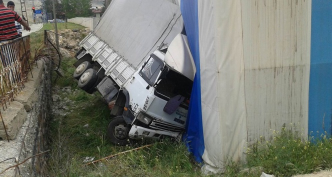 Freni patlayan kamyon dehşet saçtı: 1 ölü, 3 yaralı