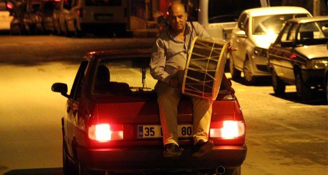 Otomobil bagajında ramazan davulcusu