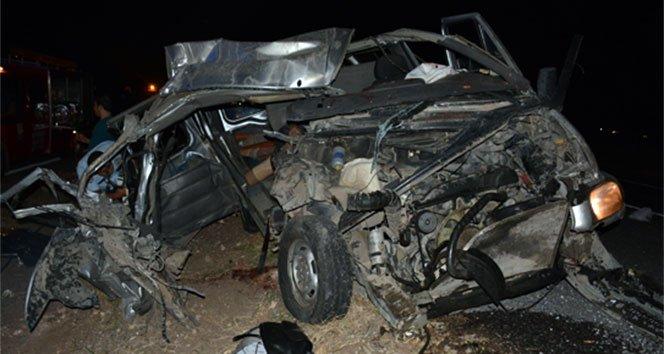 TIR'a çarpan minibüs paramparça oldu: 2 ölü, 1 yaralı!