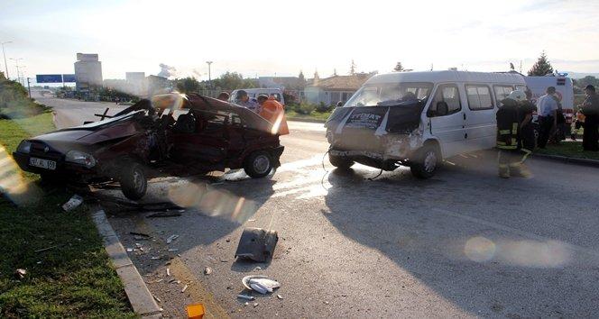 Minibüs ile otomobil çarpıştı: 1 ölü 5 yaralı
