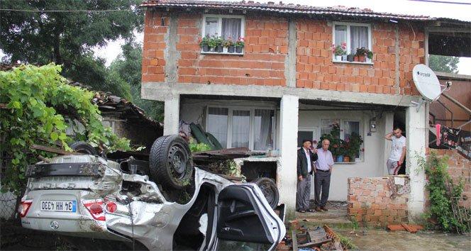 Evin bahçesine  otomobil uçtu