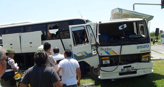 Tur otobüsü, otomobil ve kamyona çarptı: 7 yaralı
