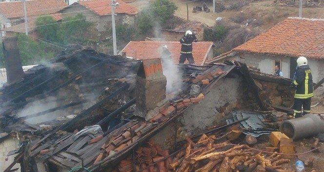 Yangın bir evi yok etti