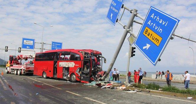 Yolcu otobüsü karayolu tabelasına çarptı: 1 ölü, 36 yaralı