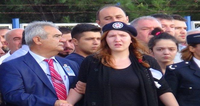MARDİN'İN NUSAYBİN İLÇESİNDE TERÖR ÖRGÜTÜ PKK TARAFINDAN HAİN BİR PUSUDA ŞEHİT EDİLEN POLİS MEMURU ÇAĞDAŞ ARSLAN'IN CENAZESİ ZONGULDAK'A GETİRİLDİ. ŞEHİT POLİSİ KIZ KARDEŞİ POLİS ŞAPKASIYLA KARŞILADI. (EMRAH YILDIZ - ERCAN KARAKUŞ/ZONGULDAK-İHA)
