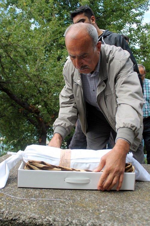 ZONGULDAK'TA 2 KİŞİNİN ÖLDÜĞÜ, 8 KİŞİNİN YARALANDIĞI TRAFİK KAZASINDA HAYATINI KAYBEDEN 1 AYLIK İKİZ BEBEK DOĞA AYDIN, SON YOLCULUĞUNA UĞURLANDI. ÖLEN BEBEĞİN BABASININ ENİŞTESİ NURİ GENÇ, EN AĞIR YÜKÜ KOLLARINDA TAŞIDI. (MURAT KÜÇÜK - UFUK DURAK/ZONGULDAK-İHA)
