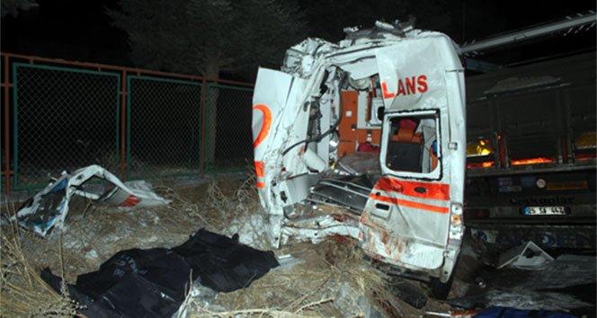 Kazaya müdahale eden ekiplere TIR çarptı: 2 ölü 4 yaralı