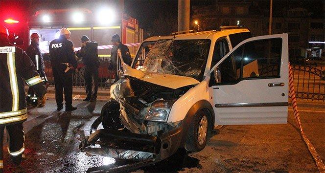 Otomobil yön levhasına çarptı: 3 yaralı