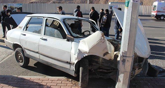 Düğün konvoyundaki araç direğe çarptı: 1 yaralı