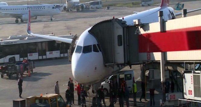 El freni çekilmeyen araç, uçağa çarptı