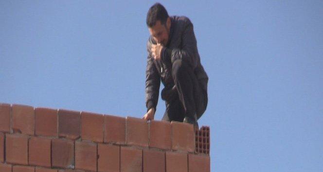 Eşi çocuklarıyla evi terk edince çatıya çıktı