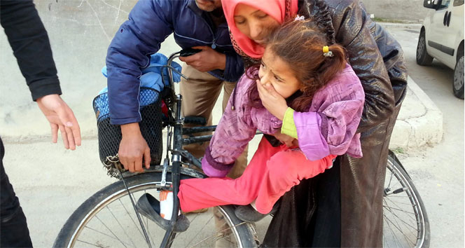 Ayağı bisiklet tekerine sıkışan kızın feryadı