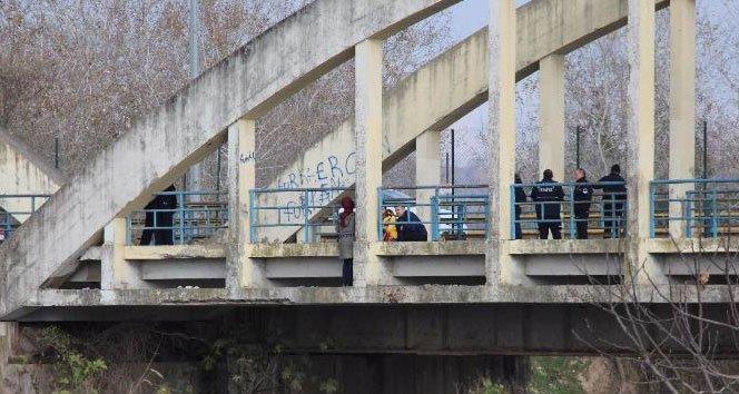 Eşinden boşanan kadın köprüye çıkarak intihar etmek istedi
