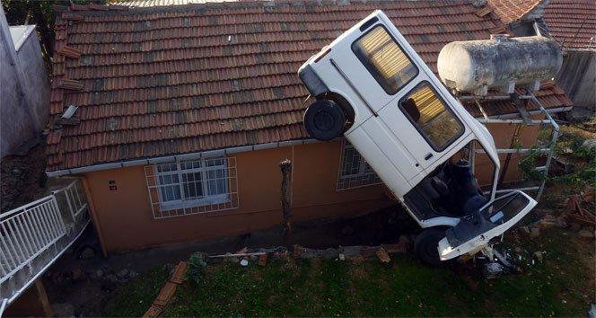 Minibüs evin üzerine uçtu