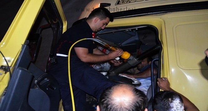 Kazada kamyon içinde sıkışan sürücüyü itfaiye ekipleri kurtardı