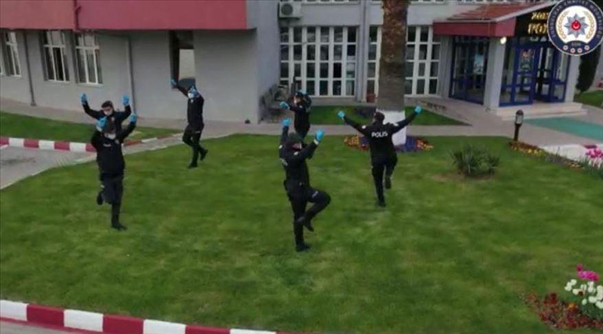 Zonguldak'ta polis ekipleri zeybek oynayarak 'sosyal mesafe' kuralına dikkati çekti