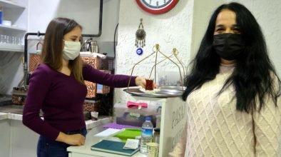 Zonguldak Çaycuma'da anne kızın işlettiği çay ocağı mahalleliden takdir görüyor