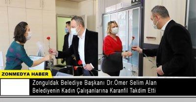 Başkan Dr. Ömer Selim ALAN, belediyenin kadın çalışanlarına karanfil takdim etti